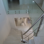 Κάγκελο σκάλας σε κλιμακοστάσιο με τραβέρσες και κρύσταλλο.